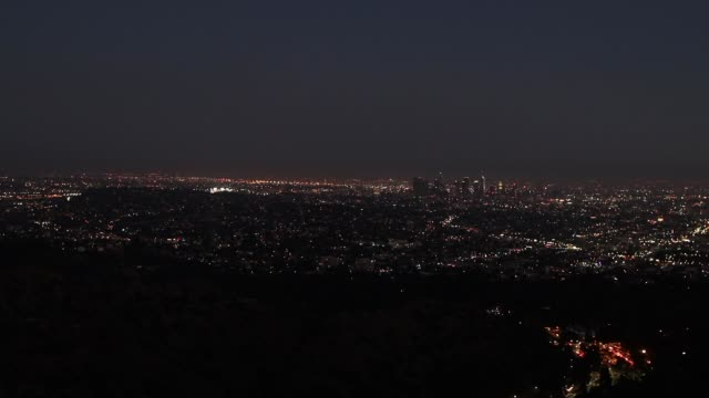 stockvideo's en b-roll-footage met elevated view of the city of los angeles, the night of july 4 - horizon over land