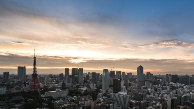 vidéos et rushes de t/l ws ha pan elevated view of tokyo urban sunset skyline during rush hour from dusk to night - crépuscule