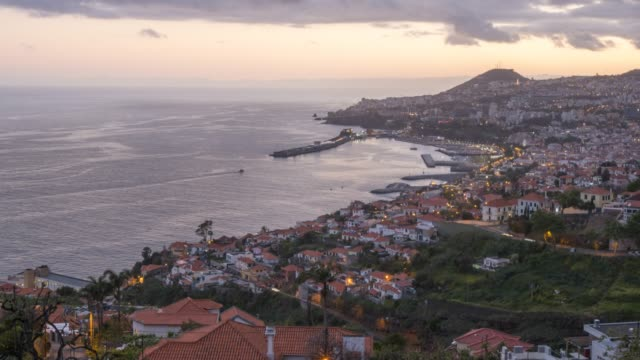 vídeos de stock, filmes e b-roll de elevated view of town and harbour at dusk, funchal, madeira, portugal, atlantic, europe - madeira