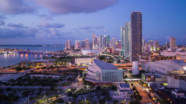 vídeos de stock, filmes e b-roll de elevated view over biscayne boulevard and the skyline of miami, florida, usa - time lapse - bulevar