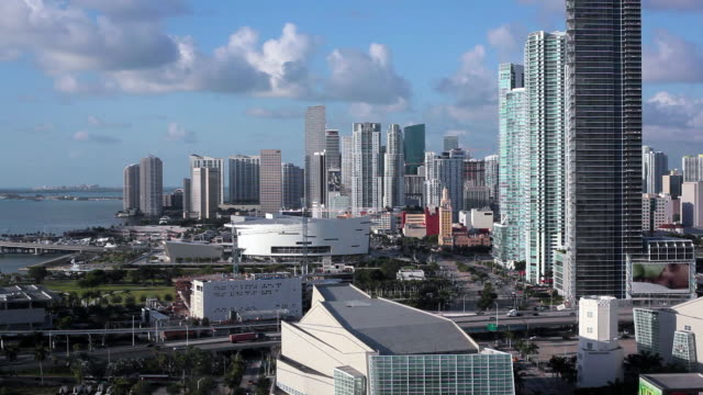 elevated view over biscayne boulevard and the skyline of miami, florida, usa - stadtzentrum stock-videos und b-roll-filmmaterial