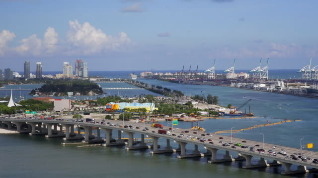 elevated view over the mac arthur causeway and the port of miami, the cruise capital of the world, miami, florida, usa - baia di biscayne video stock e b–roll