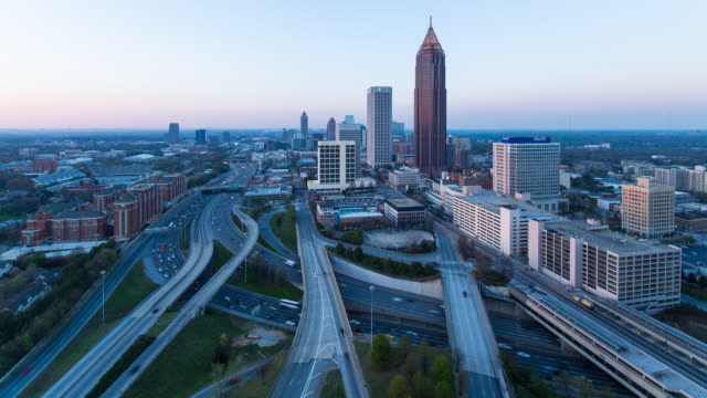vídeos de stock, filmes e b-roll de elevated view over traffic and the midtown atlanta skyline, georgia, united states of america - time lapse de trânsito