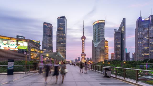 vídeos de stock, filmes e b-roll de passagem elevada no centro da cidade moderna no lapso hiper de lapso de tempo do sol - torre oriental pearl