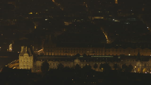 elevated, wide night-time view of paris' elegant hôtel de ville (city hall), responsible for local administration, in the marais area (4th arrondissement), france. - demokratie stock-videos und b-roll-filmmaterial