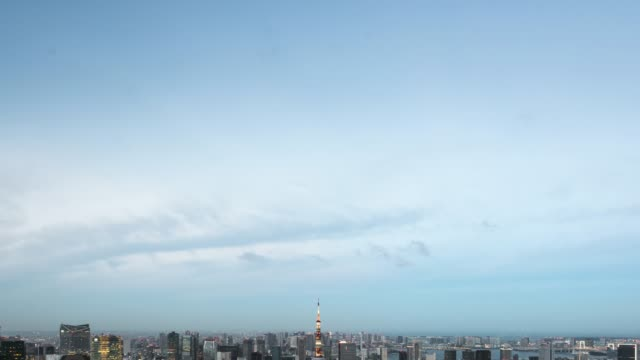 t/l ws ha td elevated wide view of tokyo urban skyline during rush hour with tokyo tower - 從上往下垂直移動 個影片檔及 b 捲影像