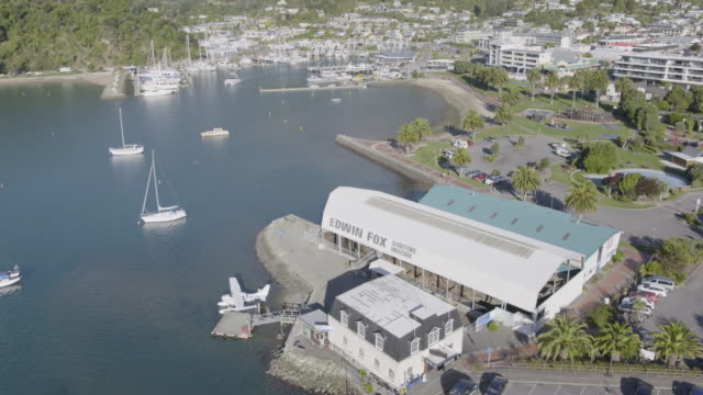vídeos y material grabado en eventos de stock de elevating shot of the edwin fox maritime museum - hidroplano