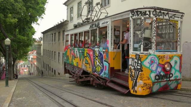 vídeos y material grabado en eventos de stock de elevator da gloria, bairro alto, lisbon, portugal - tranvía
