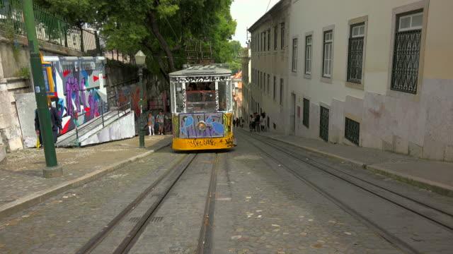 vidéos et rushes de elevator da gloria, bairro alto, lisbon, portugal - ligne de tramway