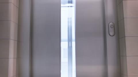 vídeos y material grabado en eventos de stock de ascensor - abierto