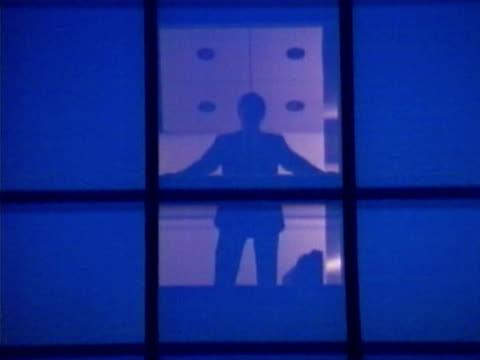 vidéos et rushes de elevator - un seul homme d'âge moyen