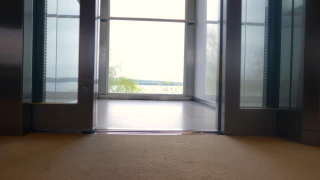 fahrstuhl mit blick nach oben. fahrstuhltüren-offen und geschlossen. - fahrstuhlperspektive stock-videos und b-roll-filmmaterial