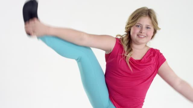 eleven-year-old beautiful plus size girl - stretching - kind vor der pubertät stock-videos und b-roll-filmmaterial