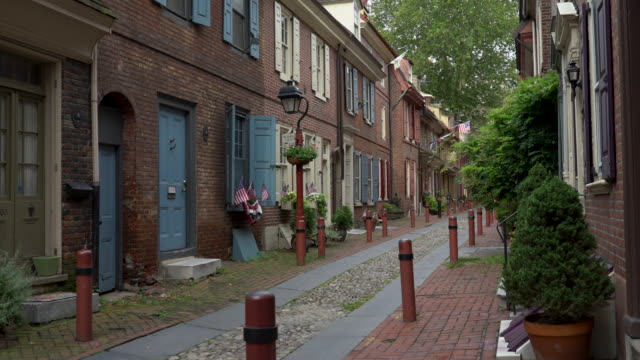 elfreth's alley - philadelphia, pa - philadelphia pennsylvania stock videos & royalty-free footage
