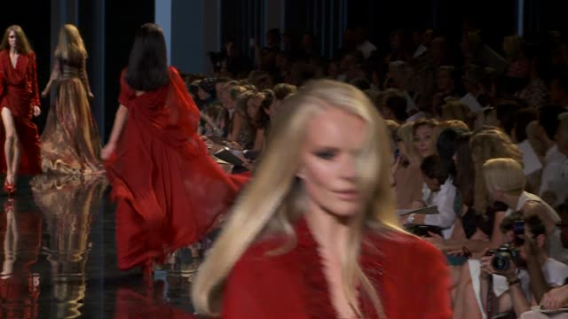 elie saab outtake/blooper paris hautecouture a/w 2010/2011 - ausrutscher stock-videos und b-roll-filmmaterial