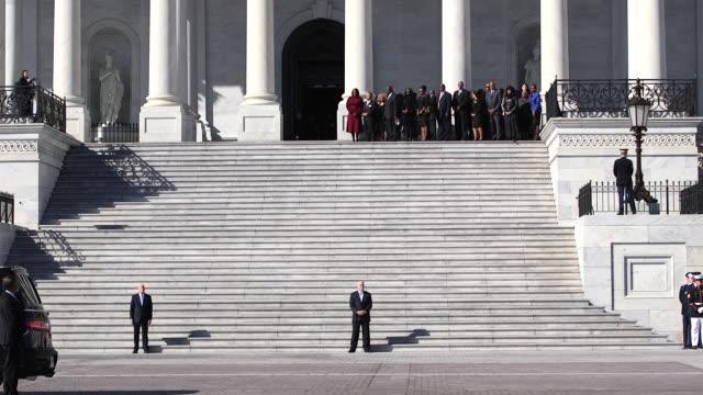 stockvideo's en b-roll-footage met elijah cummings' casket arrives at the capitol for the lying in state ceremony on october 24 2019 - opgebaard liggen