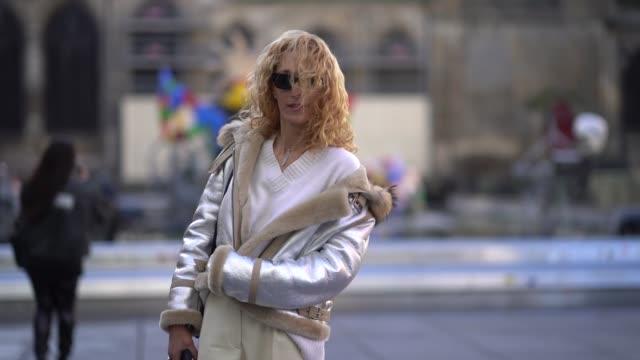 vídeos de stock e filmes b-roll de elina halimi outside off white during paris fashion week menswear fall winter 20182019 on january 17 2018 in paris france - cor creme