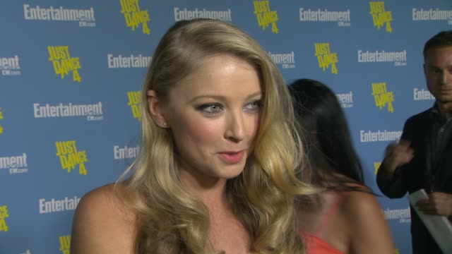 stockvideo's en b-roll-footage met elisabeth harnois on being a part of the entertainment weekly party at entertainment weekly's 6th annual comic-con celebration sponsored by just... - entertainment weekly
