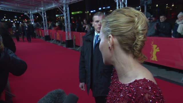interview elizabeth banks on the film on brian wilson's life on the berlin film festival and on doing another biopic at 'love and mercy' red carpet... - 伝記映画点の映像素材/bロール