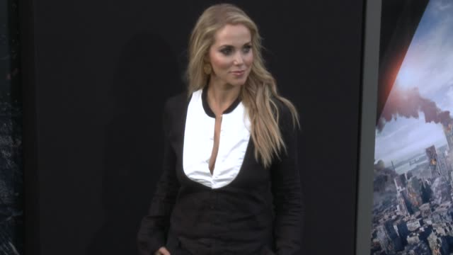 stockvideo's en b-roll-footage met elizabeth berkley at the san andreas los angeles world premiere at tcl chinese theatre on may 26 2015 in hollywood california - mann theaters