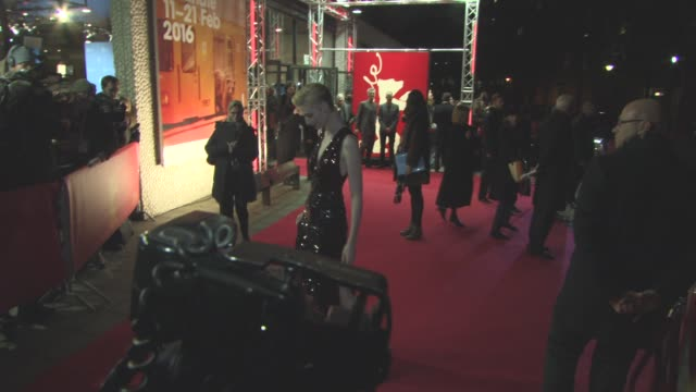 stockvideo's en b-roll-footage met elizabeth debicki at 'the night manager' red carpet 66th berlin international film festival at on february 18 2016 in berlin germany - internationaal filmfestival van berlijn 2016
