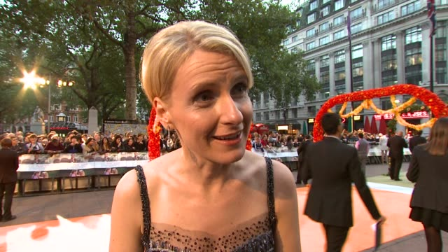 vídeos de stock, filmes e b-roll de elizabeth gilbert on letting the book go to the public, on julia roberts playing her at the eat pray love london premiere at london england. - julia roberts