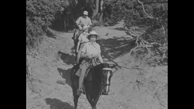 vs elizabeth ii and princess margaret with entourage go horseback riding at bonza beach in east london / elizabeth ii and princess margaret arrive at... - königin elisabeth ii. von england stock-videos und b-roll-filmmaterial