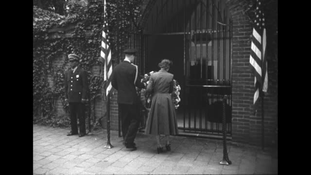 ws elizabeth philip on front lawn of mt vernon / vs they lay wreath at george washingtonõs tomb philip salutes / at arlington national cemetery they... - 1951 bildbanksvideor och videomaterial från bakom kulisserna