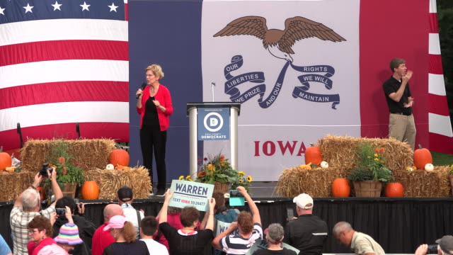 vídeos de stock e filmes b-roll de elizabeth warren speaks during the polk county steak fry in des moines iowa the event political event was attended by all 17 candidates still running... - des moines iowa
