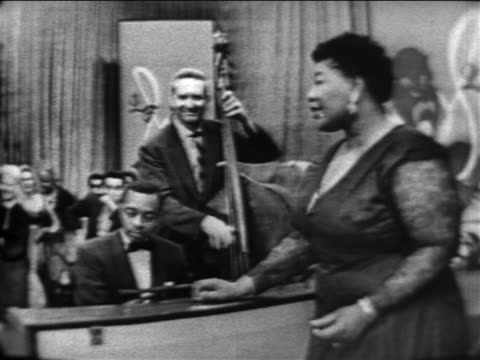 vídeos de stock e filmes b-roll de ella fitzgerald singing with band / audience in background / the larry finley show - television show