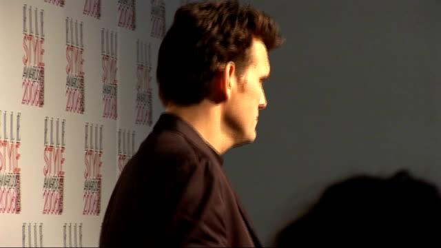 interviews matt dillon posing for press photocall holding elle style award for most stylish actor matt dillon interview sot on winning elle style... - actor stock videos & royalty-free footage