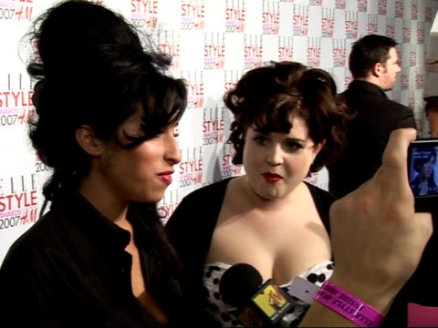 vídeos de stock, filmes e b-roll de arrivals / interviews amy winehouse speaking to press kelly osbourne alongside her - kelly osbourne