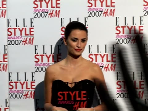 Arrivals / interviews Penelope Cruz poses for photographers holding Style Award for best film / Crus poses for press along with Joely Richardson
