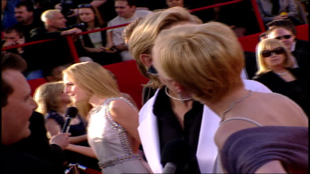 ellen degeneres and anne heche on the red carpet at the 71st academy awards - 第71回アカデミー賞点の映像素材/bロール