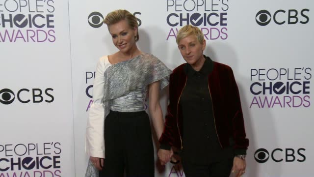 vídeos y material grabado en eventos de stock de ellen degeneres and portia de rossi at the people's choice awards 2017 at microsoft theater on january 18 2017 in los angeles california - ellen degeneres