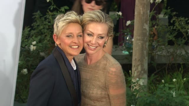vídeos y material grabado en eventos de stock de ellen degeneres portia de rossi at 64th primetime emmy awards arrivals on 9/23/12 in los angeles ca - ellen degeneres