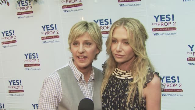vídeos y material grabado en eventos de stock de ellen degeneres portia de rossi at the ellen degeneres and portia de rossi host yes on prop 2 party at los angeles ca - ellen degeneres