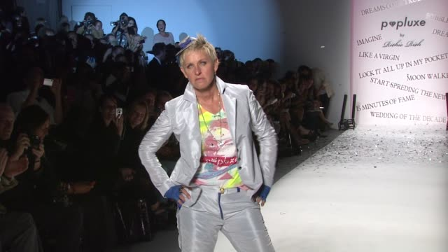 vídeos y material grabado en eventos de stock de ellen degeneres walks the runway wearing richie rich spring 2011 collection during mercedesbenz fashion week spring 2011 at the richie rich spring... - ellen degeneres