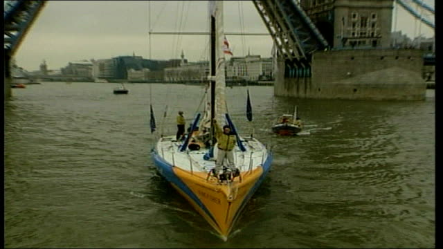 ellen macarthur sails down river thames in extreme 40 catamaran for ishares cup extreme 40; tx 21.2.2001 macarthur waving from her boat 'kingfisher' - aquatic organism stock videos & royalty-free footage