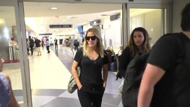 vídeos de stock, filmes e b-roll de ellie goulding arring at lax airport in los angeles in celebrity sightings in los angeles - ellie goulding