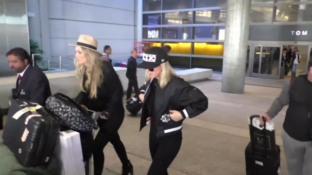 vídeos de stock, filmes e b-roll de ellie goulding arriving at lax airport in los angeles in celebrity sightings in los angeles - ellie goulding