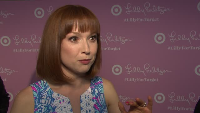 vídeos de stock, filmes e b-roll de ellie kemper on being excited for tonight's event, on her lily pulitzer dress, what she loves about it, on being a fan of lily pulitzer's designs, on... - ellie kemper