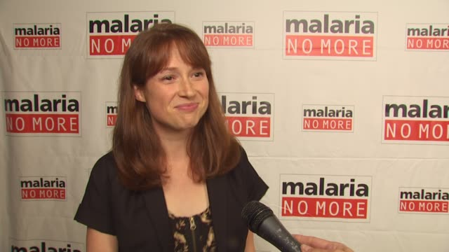 vídeos de stock, filmes e b-roll de ellie kemper on on what people can do to support the campaign on one statistic she wants people to know on mosquitoes at the malaria no more comedy... - ellie kemper
