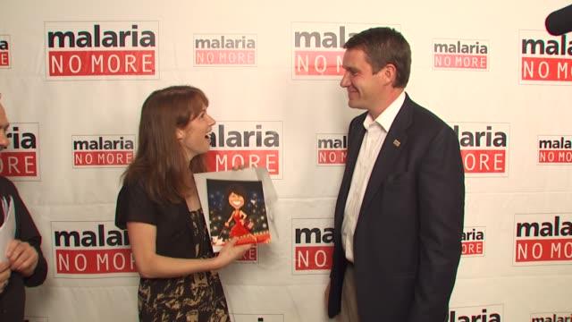 vídeos de stock, filmes e b-roll de ellie kemper scott case at the malaria no more comedy fights malaria campaign launch at west hollywood ca - ellie kemper