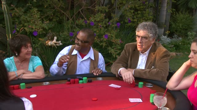 elliot gould at celebrities and voice-over stars ante up for sag foundation 3rd annual poker classic on 4/24/13 in los angeles, ca . - エリオット グールド点の映像素材/bロール