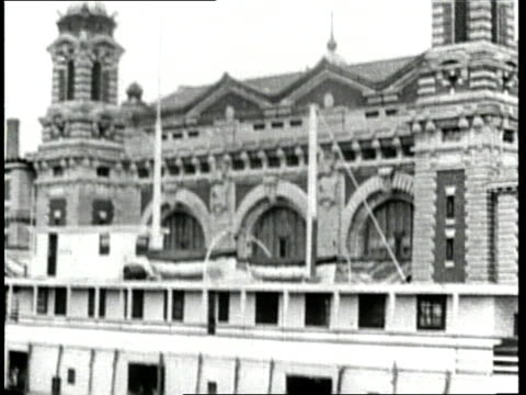 ellis island stands as a gateway for immigration to the united states - anno 1910 video stock e b–roll