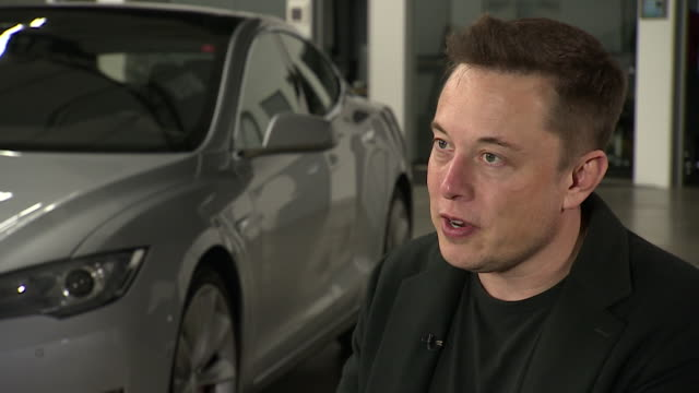 elon musk saying tesla need to make an affordable electric car to have a significant impact - amministratore delegato video stock e b–roll