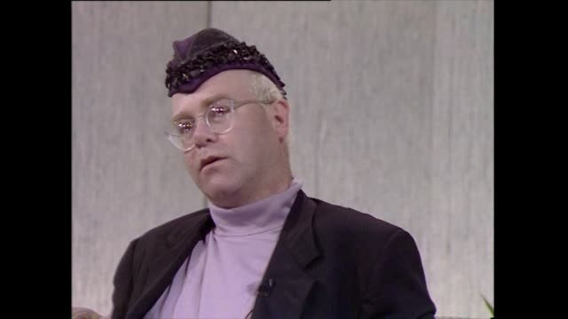 vidéos et rushes de elton john speaking in 1989 on his involvement with watford fc and how he appreciated it's supporters the people involved with watford the people who... - authenticité
