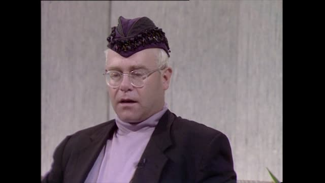 stockvideo's en b-roll-footage met elton john speaking in 1989 on his response to the false allegations made by 'the sun' newspaper in 1987 i won't be bullied by these people it wasn't... - kleding