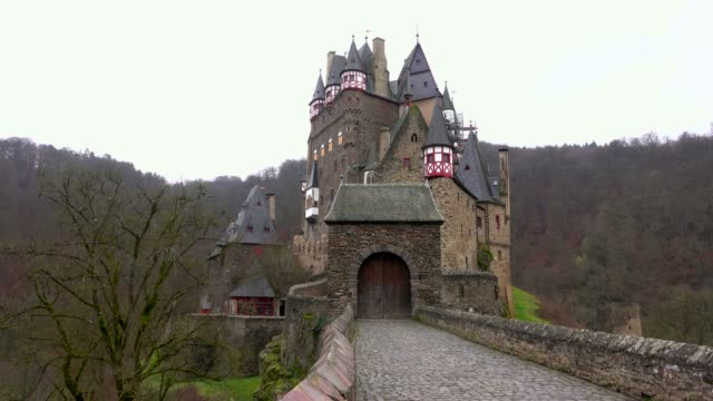eltz castle near muenstermaifeld, eifel, rhineland-palatinate, germany - 中世点の映像素材/bロール